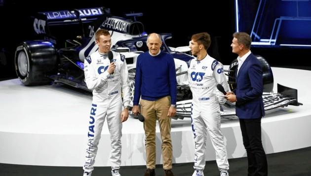 Ex-Pilot Coulthard (re.) führte mit Teamchef Tost (2. v. li.) und den Fahrern Daniil Kvyat (li.) und Pierre Gasly durch die Show. (Bild: Gerhard Schiel)