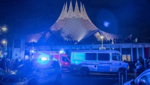 Berlin: Einsatzfahrzeuge von Polizei und Feuerwehr stehen am Tempodrom. (Bild: APA/dpa/Paul Zinken)