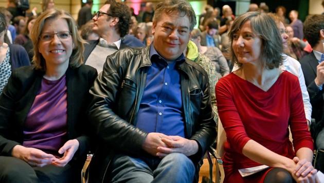 Wiens Grünen-Chefin Hebein (re.) mit Bundessprecher Kogler und Verkehrsministerin Leonore Gewessler (Bild: APA/HERBERT P. OCZERET)