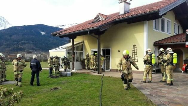 Unter Einsatz von Atemschutz wurde der Brand von den Einsatzkräften der FF Kuchl und LZ Jadorf rasch gelöscht (Bild: FF Kuchl)