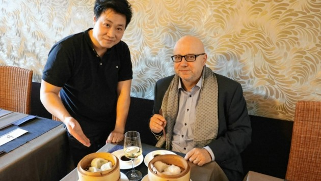 Lokalchef Sun Liwei (li.) kredenzte Konsul Nikolai Herold Teigtaschen. (Bild: Martin A. Jöchl)