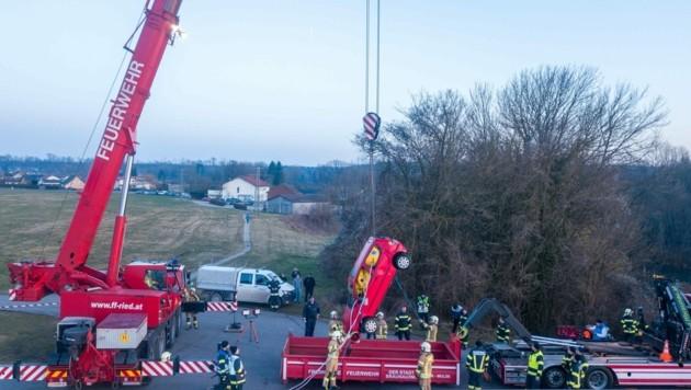 Zunächst war völlig rätselhaft, wem der versenkte Wagen gehört hat und warum er im Fluss lag. Mit einem massiven Feuerwehrkran wurde das Auto aus dem Inn geborgen, auf einen Tieflader gehoben und dann abtransportiert. (Bild: Pressefoto Scharinger © Daniel Scharinger)