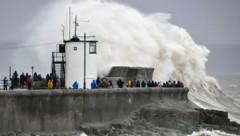 In Porthcawl in Wales schlugen die Wellen am Sonntag meterhoch. (Bild: AP)