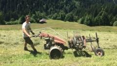 Handarbeit in steilsten Lagen: Tirols Landwirte tragen nicht nur zum Landschafts-, sondern auch zum Naturschutz bei. (Bild: Markus Gassler)