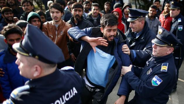 Hunderte Migranten stellten sich den bosnischen Sicherheitskräften in den Weg. Es kam zu Rangeleien und Verhaftungen. (Bild: Reuters)