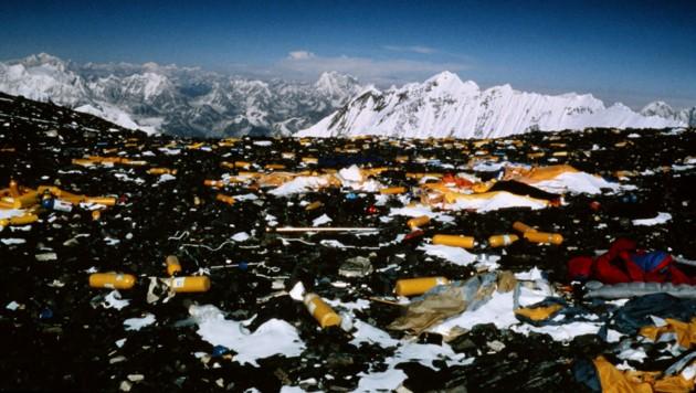Viele Bergsteiger lassen Sauerstoffflaschen, Lebensmittelreste und sogar Schlafsäcke am Mount Everest liegen. Dieses Müllproblem konnte noch nicht gelöst werden. (Bild: APA/AFP/Pierre Royer)