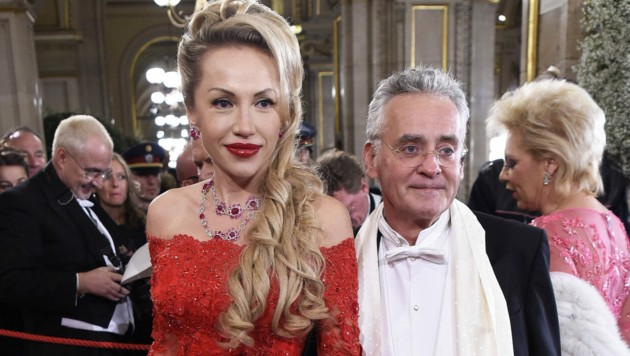 Verleger Christian Mucha (r.) mit Ehefrau Ekaterina anlässlich des Opernballs 2016 in der Wiener Staatsoper (Bild: APA/HELMUT FOHRINGER)