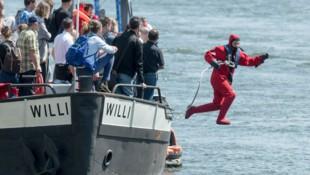 Ein Crewmitglied der Flüchtlingsinitiative Sea-Eye während einer Rettungsübung. (Bild: APA/dpa/Armin Weigel)