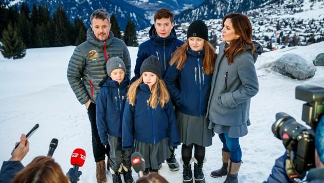 Die dänische Kronprinzenfamilie bei einem Fototermin in Verbier in der Schweiz (Bild: AP)