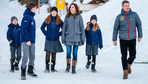 Der dänische Kronprinz Frederik und Kronprinzessin Mary mit ihren vier Kindern in der Schweiz (Bild: AP)