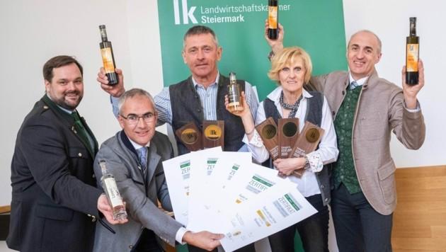 Große Freude bei den Destillerie-Superstars Gusti und Hubert Hirtner (2. und 3. v.r.). Verkostungschef Georg Thünauer (l.), Manfred Kohlfürst, Obmann der steirischen Erwerbsobstbauern (2.v.l.) und LK-Obstbauchef Herbert Muster (r.) gratulieren den Fünffach-Landessiegern . (Bild: ALEXANDER DANNER)