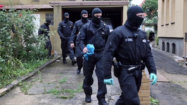 Deutsche Polizisten bei einer Razzia (Archivbild) (Bild: APA/dpa/Christian Gossmann)