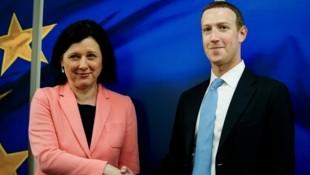 Die Vizepräsidentin der EU-Kommission und Kommissarin für Werte und Transparenz, Vera Jourova, traf Mark Zuckerberg in Brüssel. (Bild: AFP)