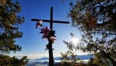 """Das """"kleine Kreuz"""", welches den Weg zum Gipfel des Ulrichsberges geziert hatte, wurde vergangene Woche von Unbekannten abgesägt. (Bild: Michael Hambrusch)"""