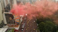 """Menschen füllen die Straße während der Karnevalsparade """"Academic Blo"""" in Sao Paulo. (Bild: AP)"""
