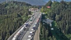Künstlich nach Tirol gelockt wird die Lkw-Lawine durch billigen Diesel und niedrige Mauttarife in Südtirol und Bayern. (Bild: Birbaumer Christof)