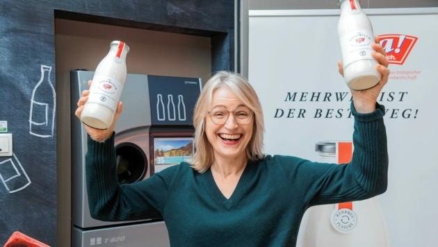 """Bio in der Glasflasche - """"Milchjubel"""" auch bei """"Ja! Natürlich""""-Chefin Martina Hörmer (Bild: Christian Dusek)"""