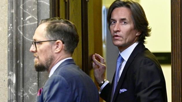 Der Hauptangeklagte Karl-Heinz Grasser mit seinem Anwalt Norbert Wess (Bild: APA/HANS PUNZ/APA-POOL)