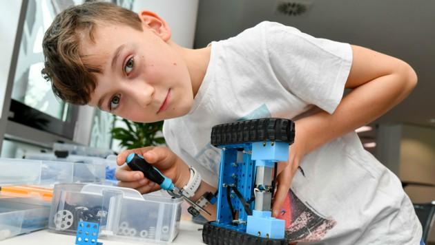 Jonas baut im Rahmen des Trainings-Camps einen Roboter. (Bild: Harald Dostal)