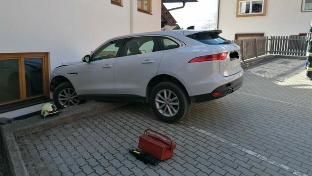 Zuvor hatte der Wagen einen Holzzaun durchschlagen. (Bild: FF Bad Kleinkircheim)