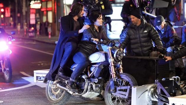 """Keanu Reeves und Carrie-Anne Moss bei den Dreharbeiten zu """"The Matrix 4"""" in San Francisco. (Bild: www.PPS.at)"""