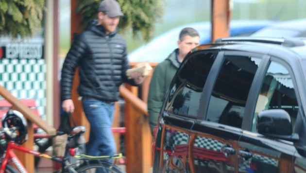 Prinz Harry kauft in einem Supermarkt in Vancouver Island ein. (Bild: www.PPS.at)