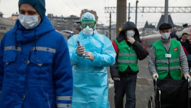 Russische Beamte wappnen sich gegen das Coronavirus. (Bild: Associated Press)