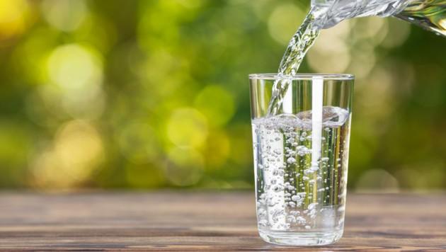 Nach einer durchzechten Nacht sollte auf ausreichende Flüssigkeitszufuhr geachtet werden. (Bild: alter_photo/stock.adobe.com)
