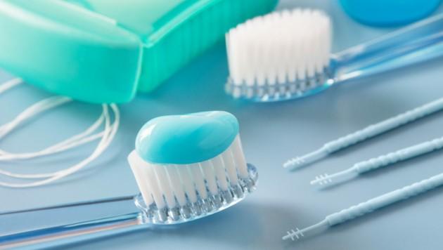 Zur Nachsorge gehört auch mehrmals tägliches Zähneputzen. (Bild: PhotoSG/stock.adobe.com)
