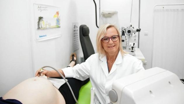 Ehrenamtliche ärztliche Leiterin von AmberMed Dr. Monika Matal bei der Untersuchung einer Schwangeren. (Bild: AMBERMED)