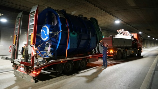 Ein Großteil dieser 20 zehn Tonnen schweren Lüfter musste demontiert und aus dem Tunnel zum Rundum-Service gebracht werden. (Bild: Asfinag)