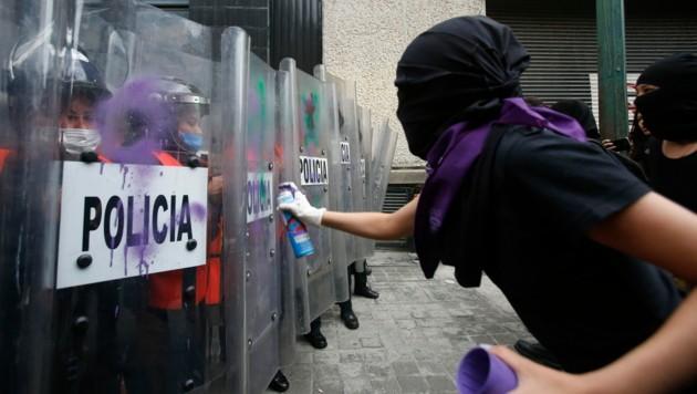 Zahlreiche Frauen gehen aus Protest gegen die Untätigkeit der Behörden auf die Straße. (Bild: AP)