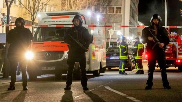 Einsatzkräfte am ersten Tatort in der Innenstadt (Bild: AP)
