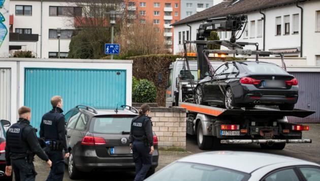 Das Auto des mutmaßlichen Schützen wird weggebracht. (Bild: AFP)