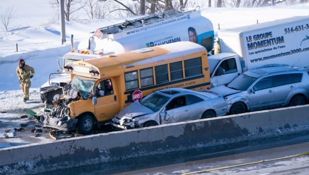 Auch ein Schulbus war betroffen - zum Glück wurde an Bord niemand schwer verletzt. (Bild: AP)