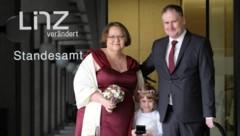 """Sie sagten nun """"Ja!"""" zueinander Manuela und Ralph Aichinger, mit ihrer kleinen Tochter und Trauzeugin Elly. (Bild: Horst Einöder/Flashpictures)"""