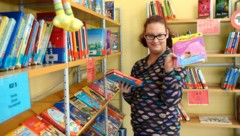 Michelle Gatterbauer (22) hilft in einer Schulbücherei mit (Bild: Lebenshilfe Oberösterreich)