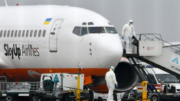 Mit diesem Charterflugzeug sind die ukrainischen Heimkehrer aus Wuhan angereist. (Bild: APA/AFP/GENYA SAVILOV)