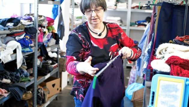 Zweimal in der Woche gibt Helli Klinec gespendete Kleidungsstücke an nach Wien geflüchtete Menschen aus. (Bild: Tina Herzl)