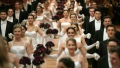 Das Jungdamen- und Jungherrenkomitee während der Eröffnung des Wiener Opernballes (Bild: APA/ROLAND SCHLAGER)