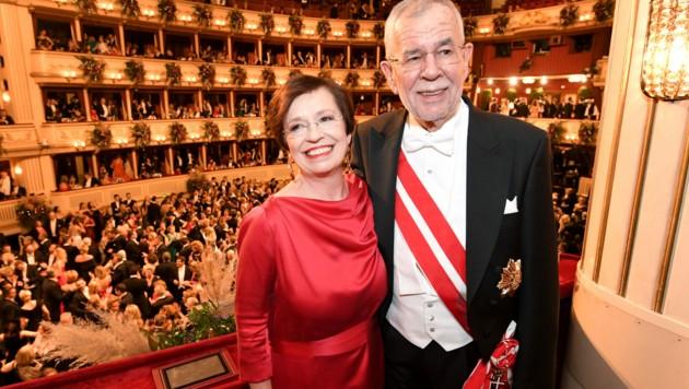 Doris Schmidauer und Bundespräsident Alexander Van der Bellen am Wiener Opernball (Bild: APA/ROLAND SCHLAGER)