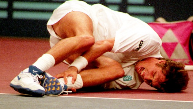 1995: Michael Stich liegt verletzt am Stadthallen-Boden. (Bild: APA)