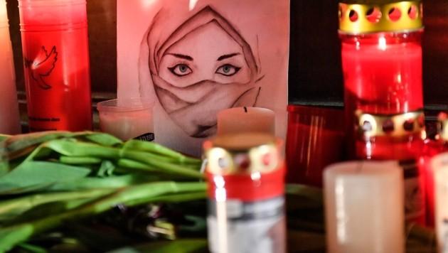 Für die Opfer wurden Blumen und Kerzen niedergelegt. (Bild: AP)