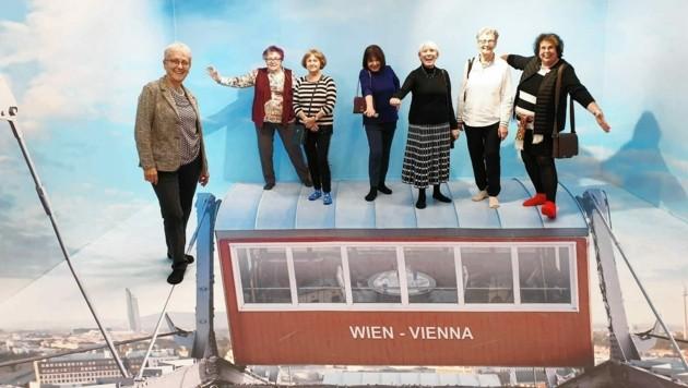 Erika Zeitler (3. v. re.) mit ihrer Damenrunde in einem Museum in Wien. (Bild: zVg)