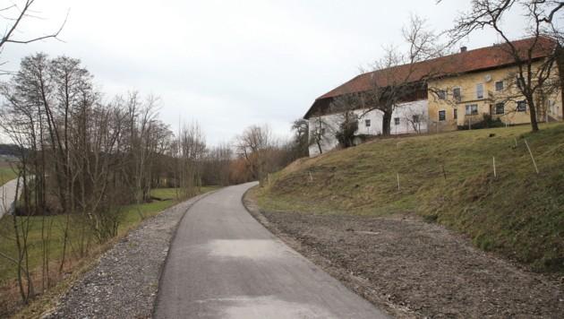Ein 400 Meter langer Teilabschnitt der alten Bahntrasse (o.) wurde in Gaspoltshofen (l.) als Versuchsstrecke asphaltiert. (Bild: Helmut Klein)
