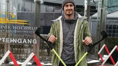 Seit der OP in Hochrum bei Innsbruck muss Brennsteiner mit Krücken gehen - noch etwa eine Woche. (Bild: Brennsteiner/Instagram)