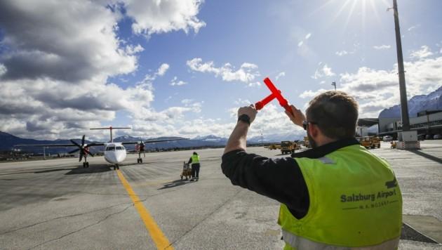 Alexander Jungwirt zeigt den Flugzeugen wo es langgeht (Bild: Tschepp Markus)
