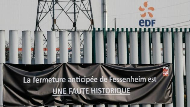 """Auf dem Plakat der Demonstranten in Fessenheim steht: """"Die vorzeitige Abschaltung des AKW Fessenheim ist ein historischer Fehler"""". (Bild: AFP)"""