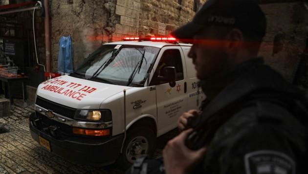 Ein Rettungsauto verlässt den Ort des Geschehens in der Jerusalemer Altstadt. (Bild: AFP)