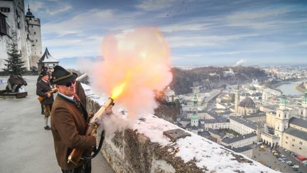 Christian Zinnburg, Chef der Festungs-Prangerstutzenschützen, feuert von der Festung Hohensalzburg (Bild: Franz Neumayr)